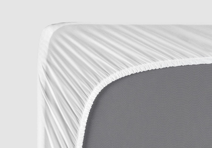 Right corner of the mattress, viewed from the bottom, with the mattress protector stretched and secured on.